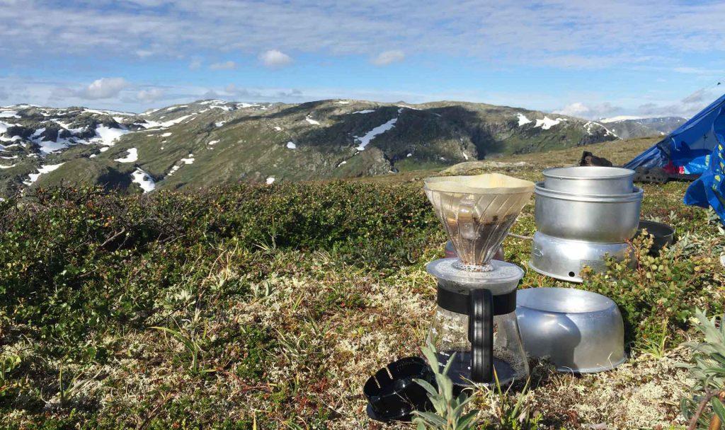 Kaffee filtern beim Camping