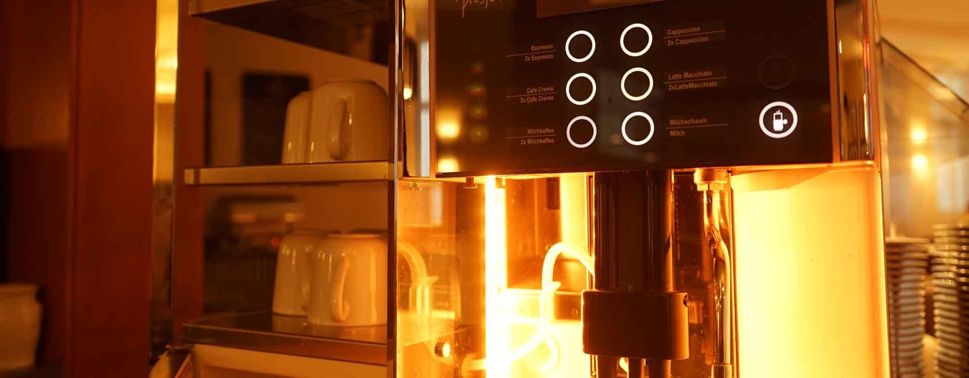 Kaffeevollautomat in Betrieb
